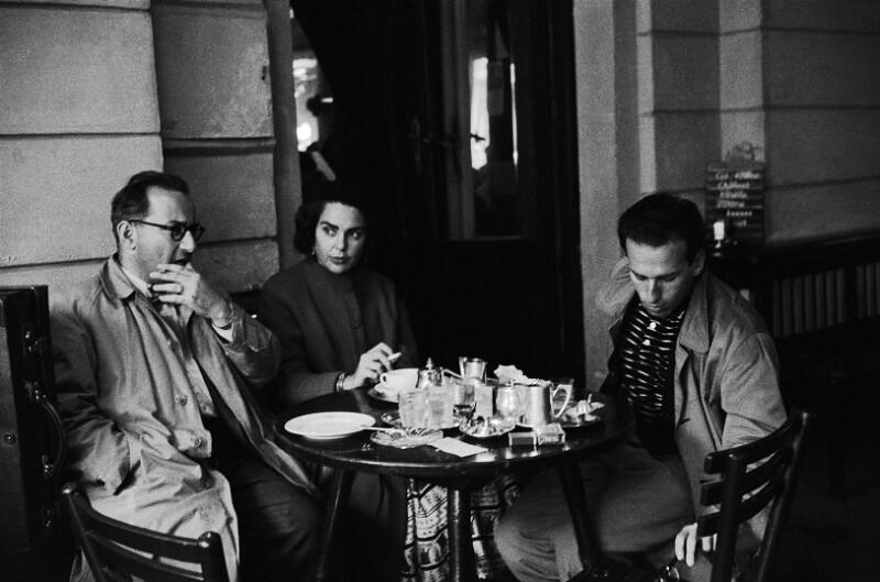 Frederic Morton (rechts), seine Frau Marcia und Hans Weigel im Café Bazaar