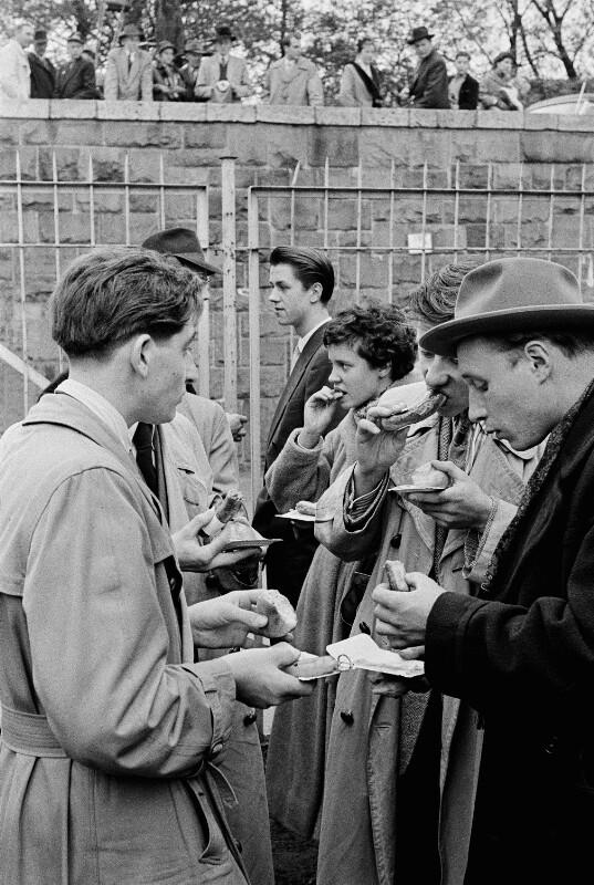 An einem Düsseldorfer Würstelstand, 1955