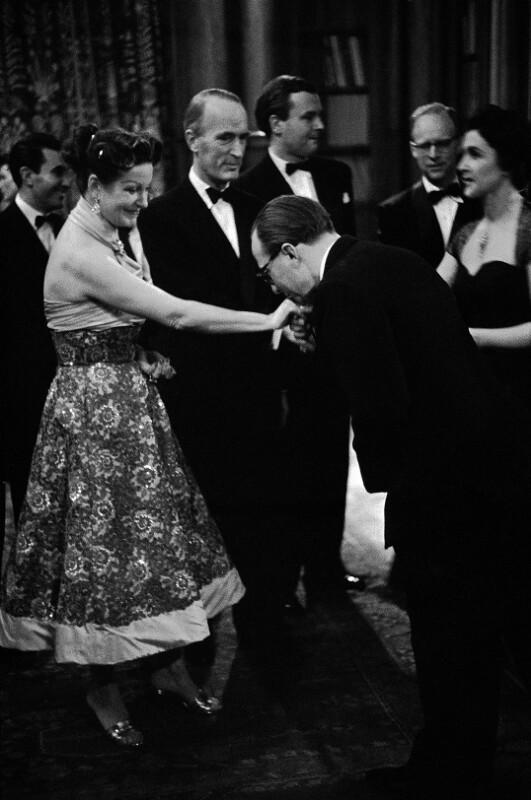 Alfried Krupp von Bohlen und Halbach und seine Frau bei einem Empfang