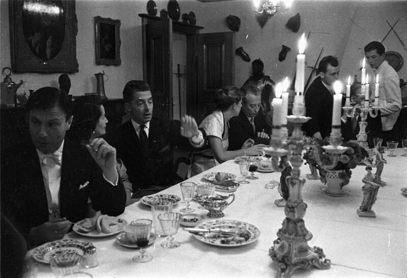 Nathan Milstein, seine Frau und Herbert von Karajan beim Abendessen nach einem Konzertauftritt in Luzern, 1957