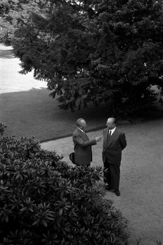 Kanzler Konrad Adenauer und Staatssekretär Hans Globke im Garten des Bundeskanzleramtes in Bonn