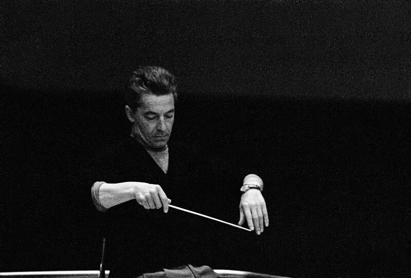 Herbert von Karajan während einer Schallplattenaufnahme in der Grunewalder Kirche, Berlin, Mai 1957
