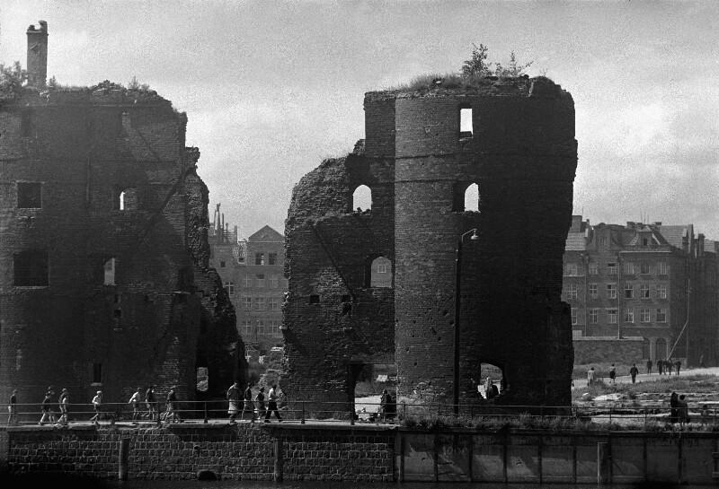 Danzig nach der Zerstörung im zweiten Weltkrieg: In der Mitte die Marienkirche, rechts das Krantor, 1951