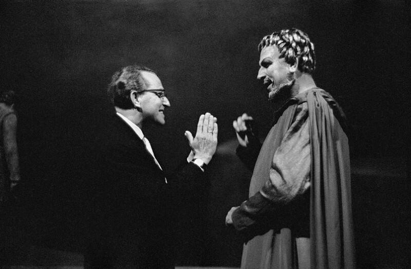 Wieland Wagner spricht mit Sandor Konya, die Lohengrin in Wagners Produktion am Bayreuth Festival sang, 1958