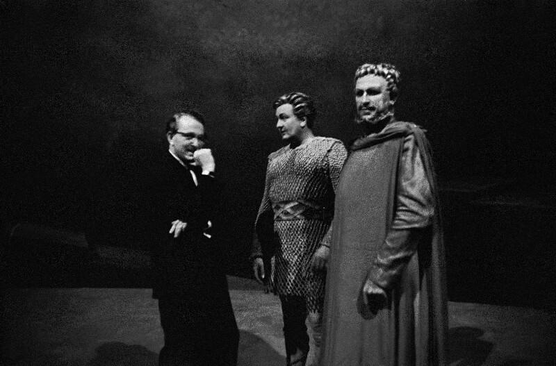 Wieland Wagner im Gespräch mit den Sängern Sandor Konya und Wolfgang Windgassen während der Bayreuther Festspiele 1958
