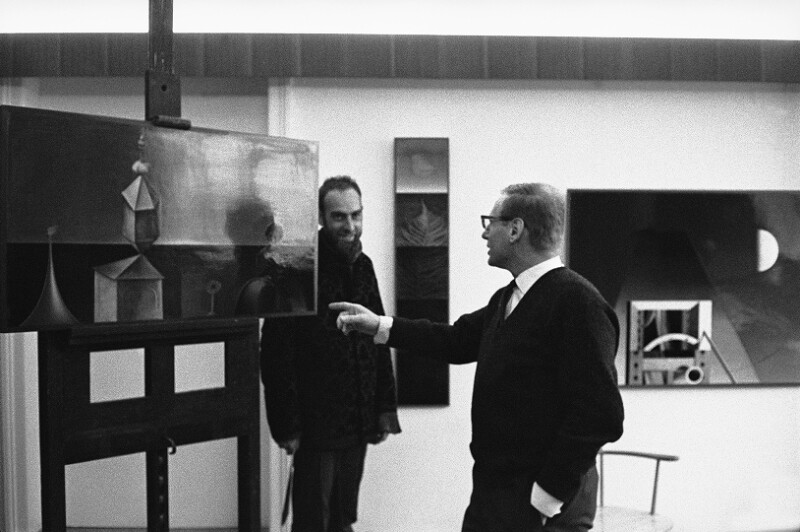 Friedensreich Hundertwasser mit seinem Kollegen Rudolf Hausner in dessen Atelier, Wien, 1962