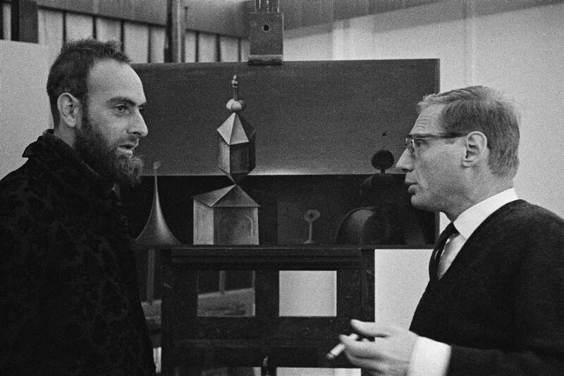 Friedensreich Hundertwasser mit seinem Kollegen Rudolf Hausner, Wien, 1962