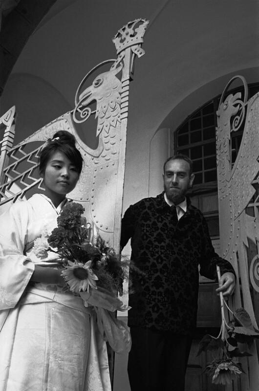 Friedensreich Hundertwasser und seine Frau während ihrer Hochzeitszeremonie