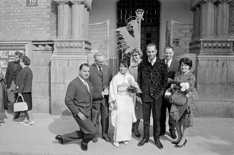Friedensreich Hundertwasser und seine Braut während ihrer Hochzeitszeremonie