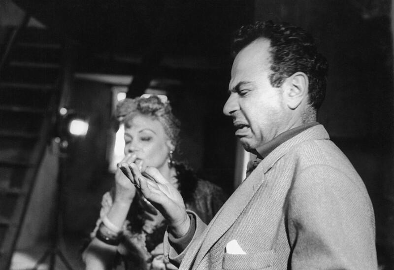 "Der Regisseur Michael Cacoyannis am Set seines Films ""Zorba the Greek"" (dt. Titel ""Alexis Sorbas""), Kreta, 1964"