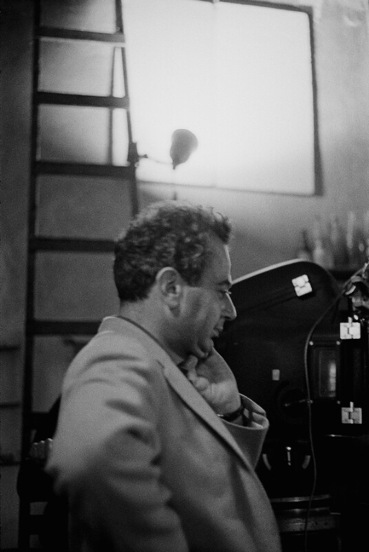 """Der Regisseur Michael Cacoyannis während der Dreharbeiten zu seinem Film """"Zorba the Greek"""" (dt. """"Alexis Sorbas"""") in Kreta, 1964"""