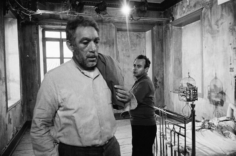 """Anthony Quinn und Regisseur Michael Cacoyannis während der Dreharbeiten zu """"Zorba the Greek"""" (dt. """"Alexis Sorbas"""") in Kreta, 1964"""