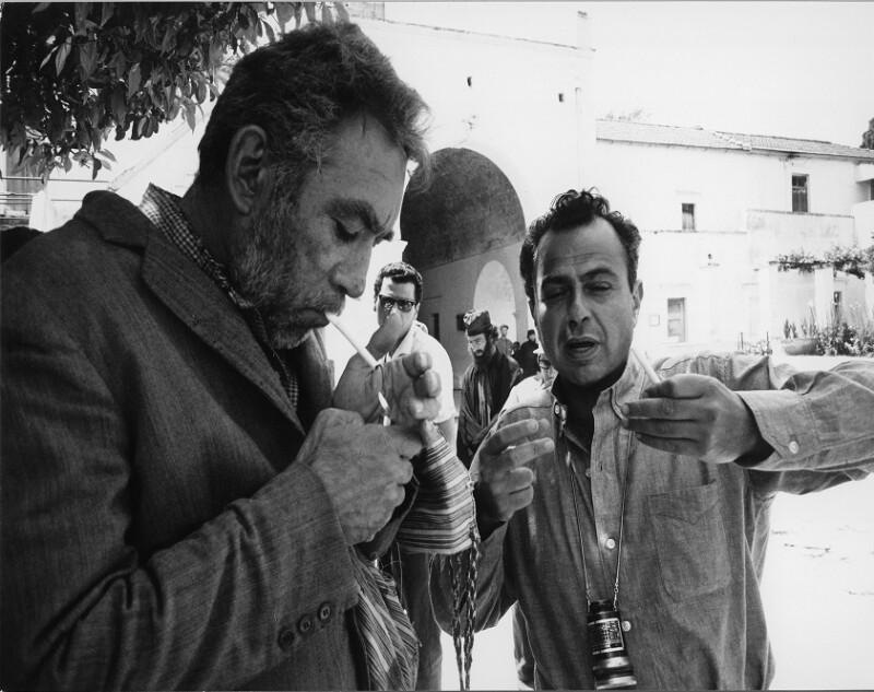 """Anthony Quinn und Michael Cacoyannis während der Dreharbeiten zu """"Zorba the Greek"""","""