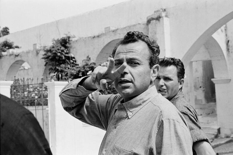 """Der Regisseur Michael Cacoyannis während der Dreharbeiten zu """"Zorba the Greek"""" (dt. """"Alexis Sorbas"""") in Kreta, 1964"""