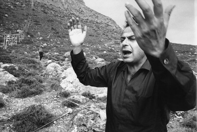 """Der Regisseur Michael Cacoyannis während der Dreharbeiten zu """"Zorba the Greek"""", Kreta, 1964"""