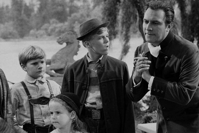 """Christopher Plummer, Darsteller des Baron von Trapp, mit Kinderdarstellern bei den Dreharbeiten zu """"The Sound of Music"""", Salzburg, 1964"""