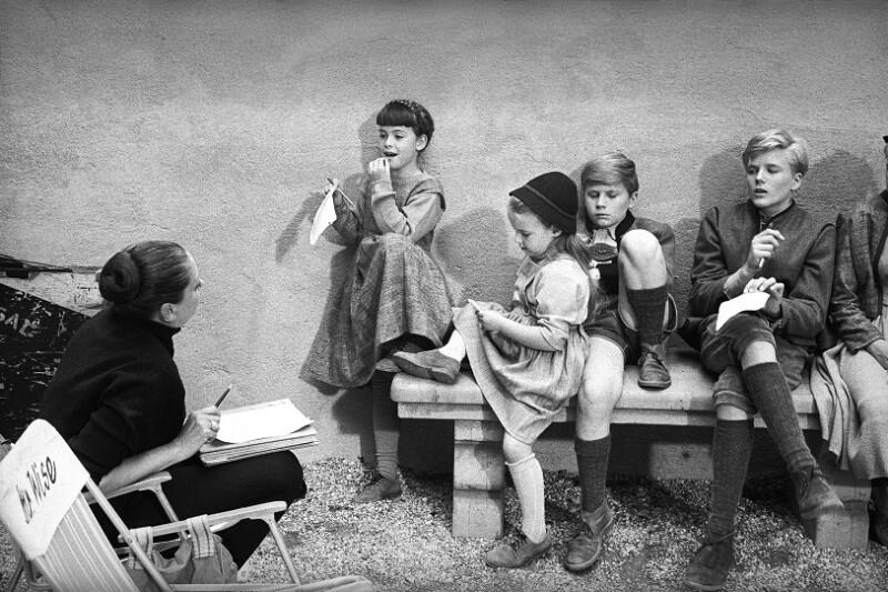 """Proben mit den Kinderdarstellern während der Dreharbeiten zu """"The Sound of Music"""", Salzburg, 1964"""
