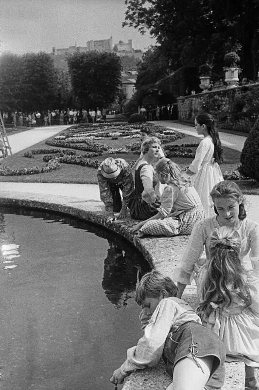 """Julie Andrews mit Kinderdarstellern bei den Dreharbeiten zu """"The Sound of Music"""" im Salzburger Mirabellgarten, 1964"""