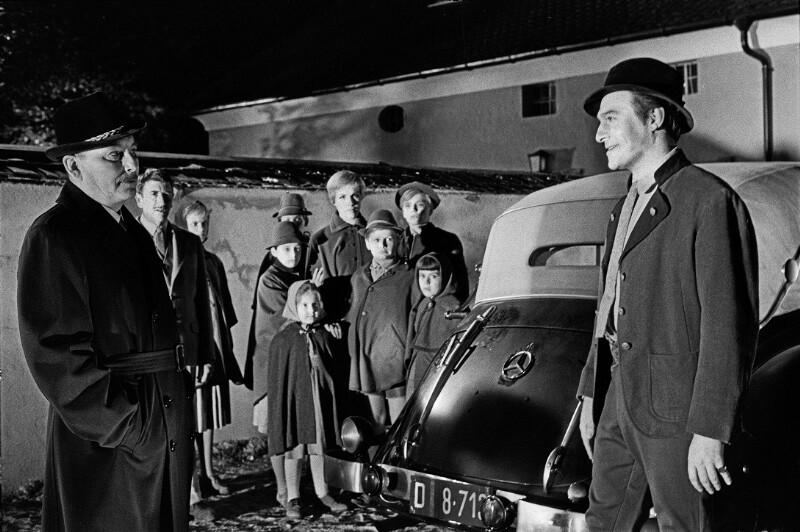 """Christopher Plummer (re.), Julie Andrews u.a. bei den Dreharbeiten zu """"The Sound of Music"""", Salzburg, 1964"""