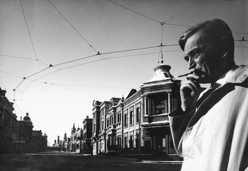 """Regisseur David Lean auf einer """"russischen Straße"""" nahe Madrid während der Dreharbeiten zu """"Doctor Zhivago"""" (""""Doktor Schiwago""""), 1964"""