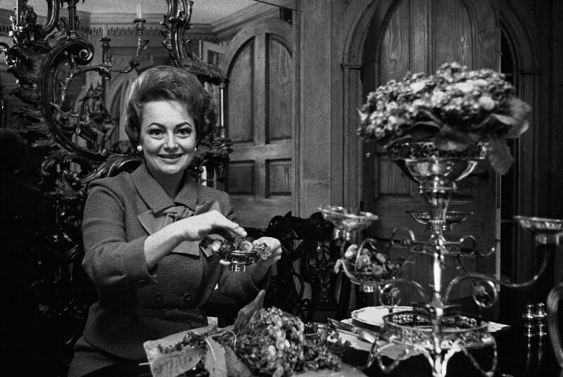 Die Schauspielerin Olivia de Havilland in ihrer Pariser Wohnung