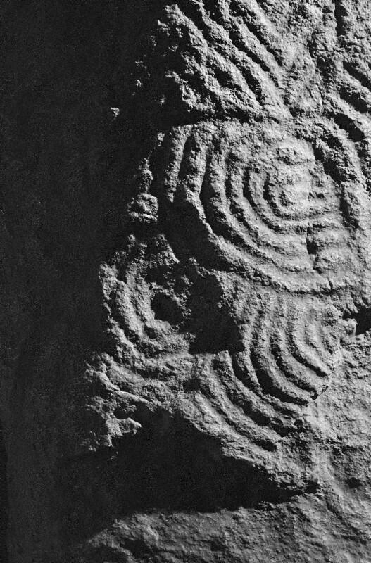 Jungsteinzeitliche Verzierungen auf einem von der kleinen bretonischen Insel Gavrinis stammenden Orthostaten, einem Tragstein aus Granit