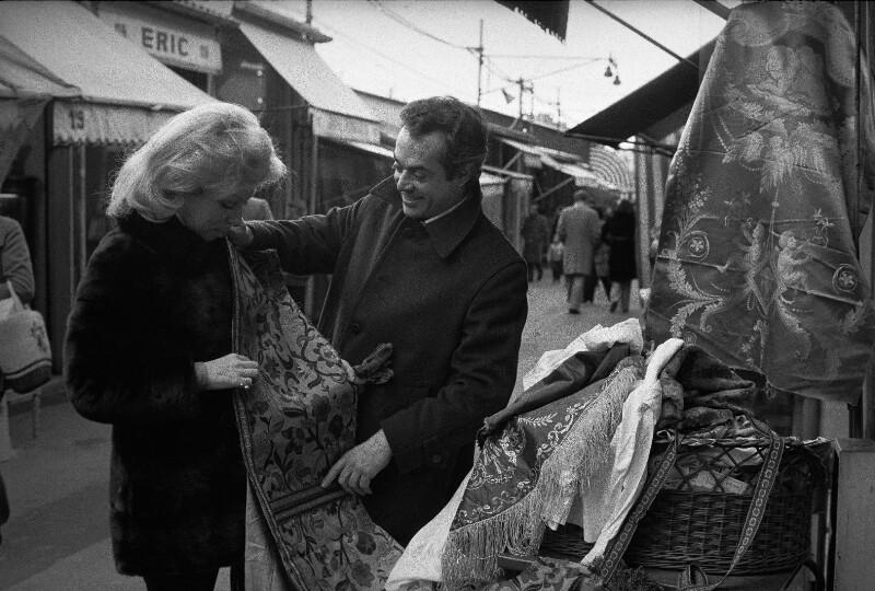 """Die Sängerin Mirella Freni und der Kostüm- und Bühnenbildner Ezio Frigerio am Pariser Flohmarkt bei der Auswahl von Materialien für die Premiere der """"Hochzeit des Figaro"""", 1973"""