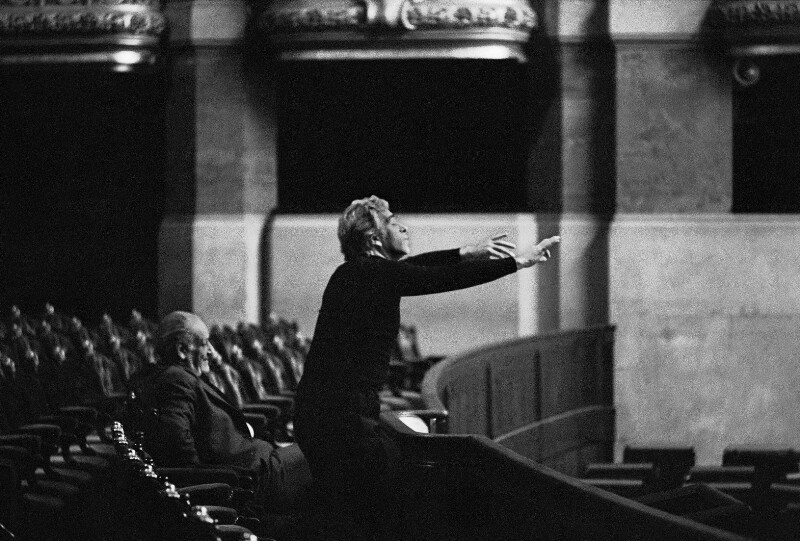 """Der Direktor der Pariser Oper, Rolf Liebermann (sitzend), mit Giorgio Strehler bei den Proben zu Mozarts """"Die Hochzeit des Figaro"""", 1973"""