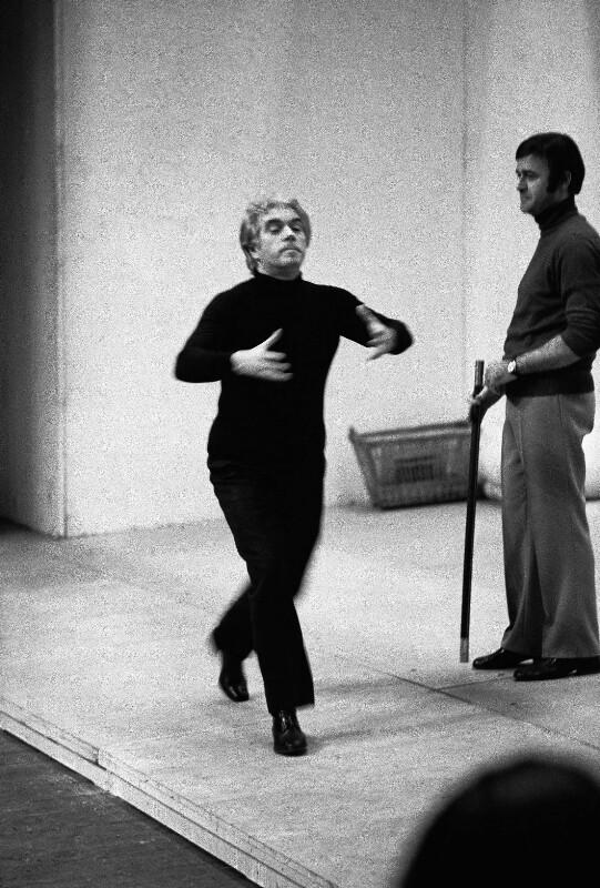 """Giorgio Strehler bei der Probenarbeit zu Mozarts """"Hochzeit des Figaro"""" in der Pariser Oper, 1973"""