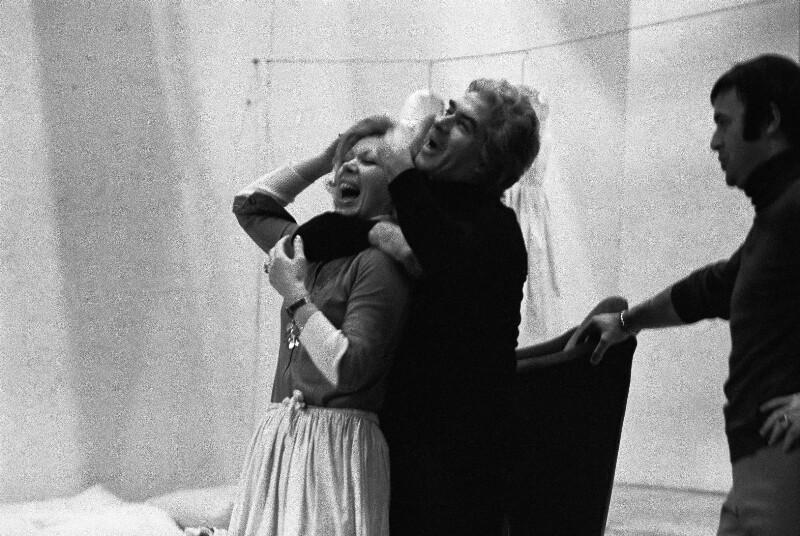 """Giorgio Strehler mit den Sängern Jose van Dam und Mirella Freni bei den Proben zu Mozarts """"Die Hochzeit des Figaro"""" in der Pariser Oper, 1973"""