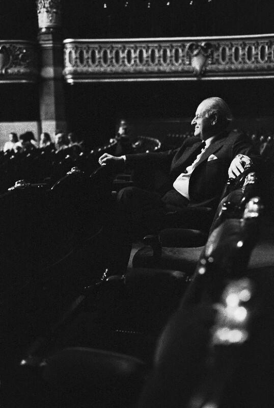 """Der Direktor der wiedereröffneten Pariser Oper, Rolf Liebermann, bei einer Probe zu Mozarts """"Die Hochzeit des Figaro"""", 1973"""