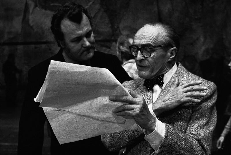 """Regisseur René Clair und der Sänger Nicolai Gedda wähend der Proben zu Glucks """"Orpheus und Eurydike"""" in der Pariser Oper, 1973"""