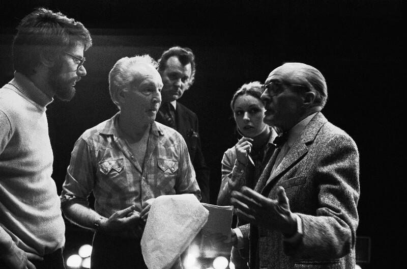 """Regisseur René Clair (rechts) wähend der Proben zu Glucks """"Orpheus und Eurydike"""" in der Pariser Oper, 1973"""