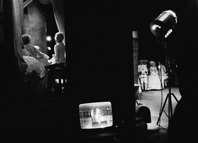 """Hinter den Kulissen der Pariser Oper während einer Aufführung des """"Rosenkavalier"""", 1973"""