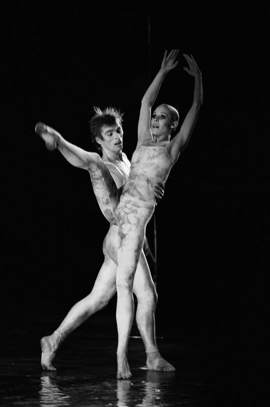 """Rudolf Nurejew und Noella Pontois in Hans-Werner Hentzes Ballett """"Tristan"""" in der Pariser Oper, 1973"""