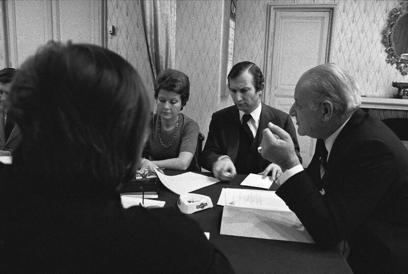 Komponist und Operndirektor Rolf Liebermann mit seinen Mitarbeitern, Paris, 1973