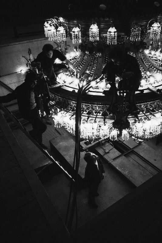 Austausch von Glühbirnen am großen Luster in der Pariser Oper, 1973