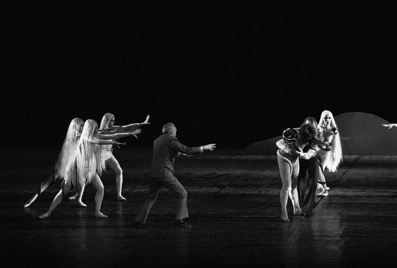George Balanchine, Direktor des New York City Ballet, arbeitet mit den Tänzerinnen und Tänzern der Pariser Oper, 1973