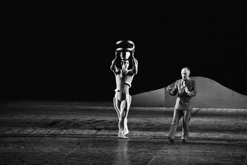 George Balanchine arbeitet mit einem Tänzer der Pariser Oper, 1973