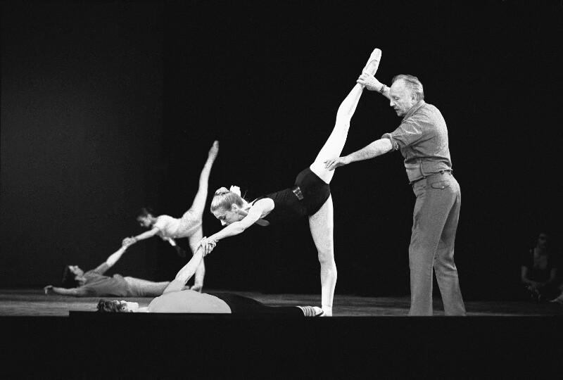 George Balanchine, Direktor des New York City Ballet, probt mit den Tänzerinnen der Pariser Oper, 1973
