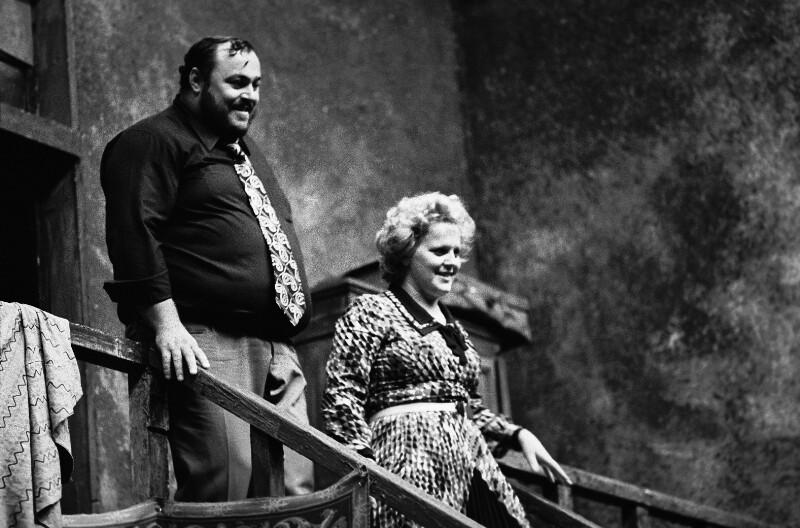 """Luciano Pavarotti und Katja Ricciarelli während der Proben zu """"La Bohème"""" in der Pariser Opera Garnier, 1973"""