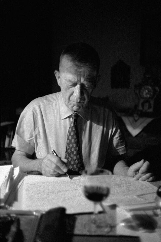 Maler Oskar Kokoschka beim Schreiben, Salzburg, 1959