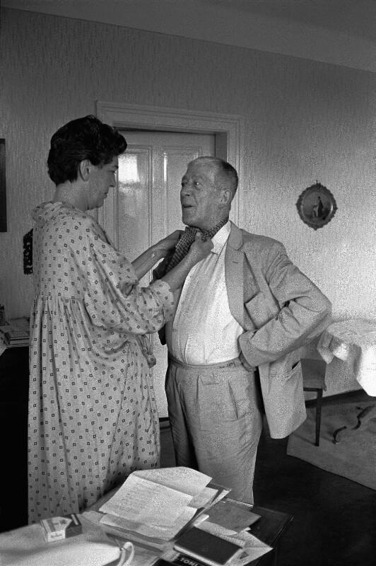 Olda Kokoschka bindet Oskars Halstuch, bei sich zuhause in Salzburg, 1959