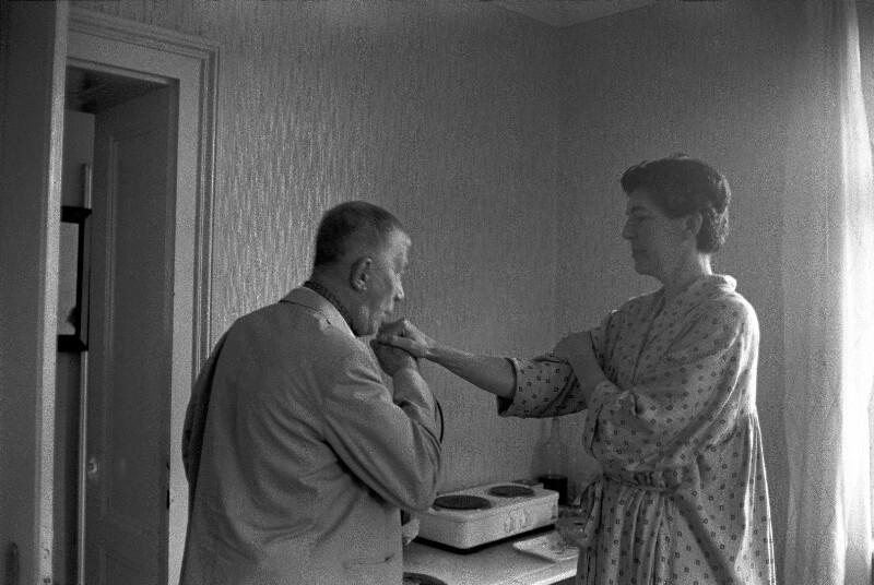 """Oskar Kokoschka und seine Frau Olda in der """"Villa Delphin"""", ihrem Haus in Villeneuve am Genfer See, 1959"""