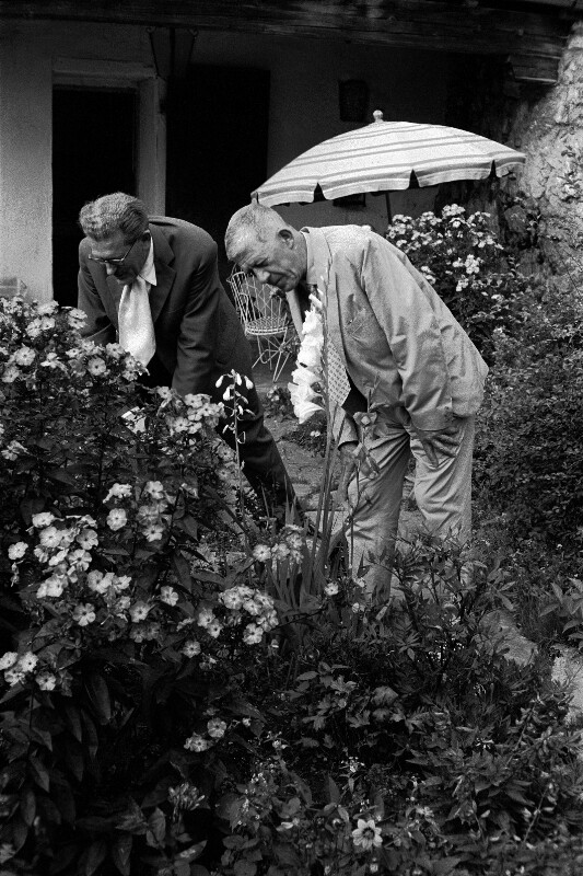 Oskar Kokoschka mit dem Kunsthändler Friedrich Welz während der Salzburger Festspiele in dessen Garten, Salzburg, 1959