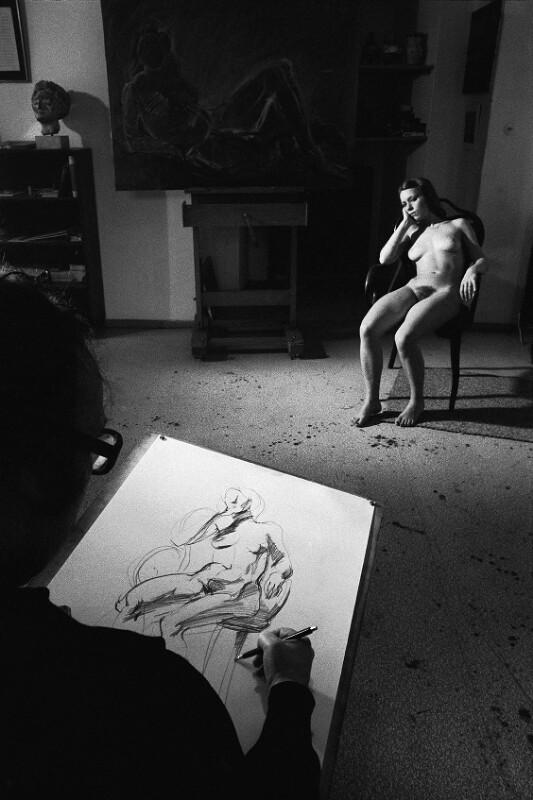 Der Maler Georg Eisler mit einem Modell in seinem Atelier, Wien, 1975