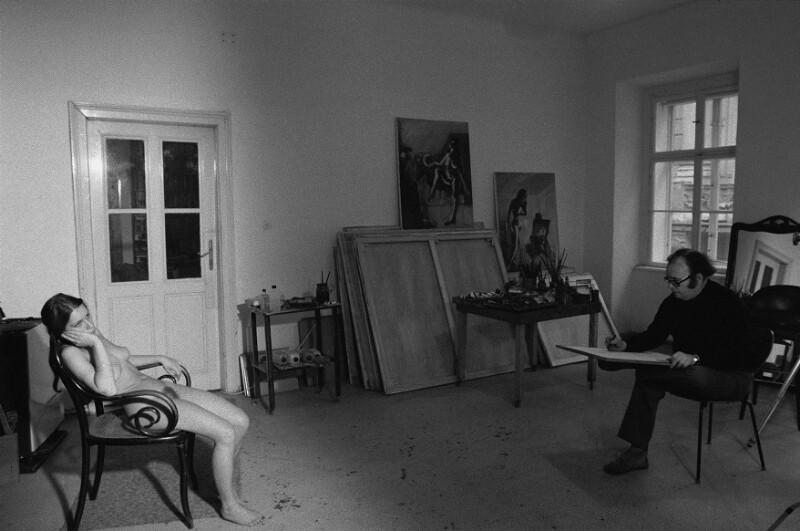 Der Maler Georg Eisler in seinem Atelier mit einem Modell, Wien, 1975