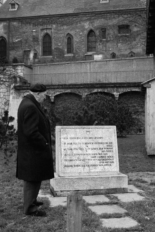 Simon Wiesenthal vor einer Gedenktafel am Wiener Morzinplatz, wo im Hotel Metropole von 1938-1945 das Hauptquartier der Gestapo untergebracht war, 1975