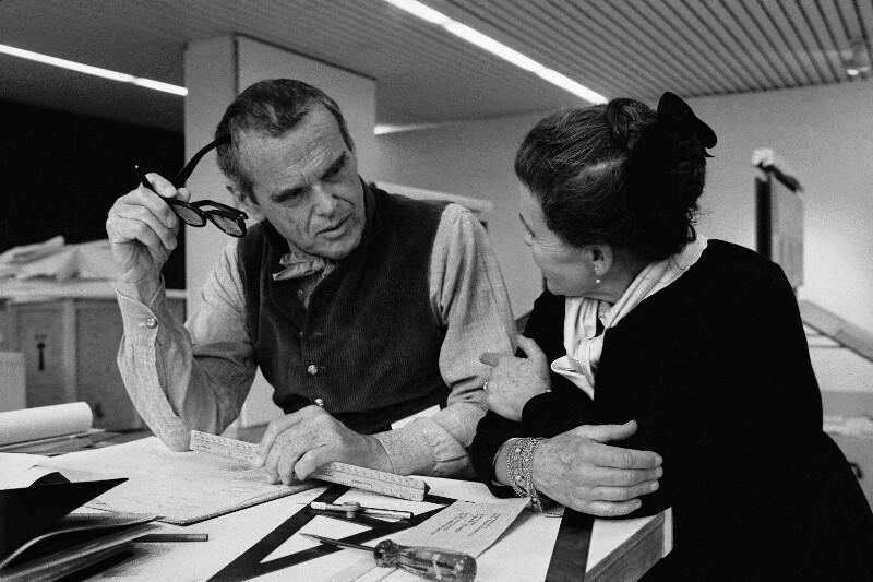 Der Designer Charles Eames mit seiner Frau, 1975