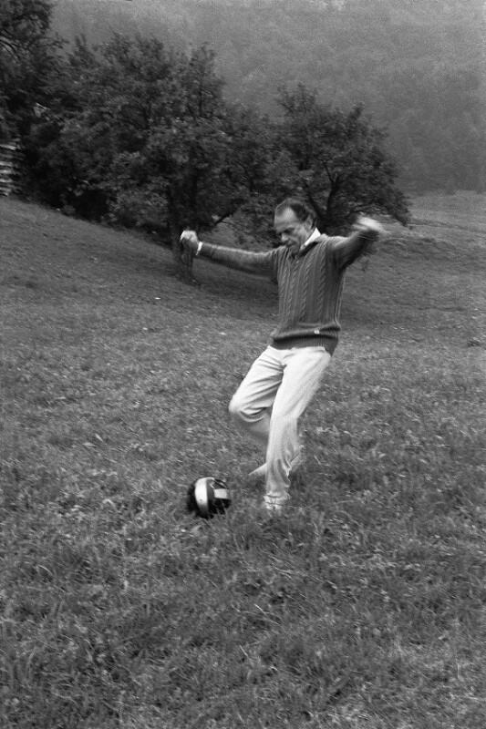 Lorin Maazel beim Fußballspielen, Salzburg, 1985